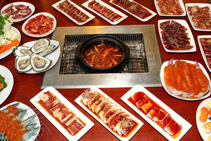Các nguyên liệu nấu lẩu đa dạng tại BBQ House Cao Thắng