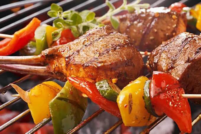 Thịt được nướng chín vàng cùng các loại rau củ bắt mắt