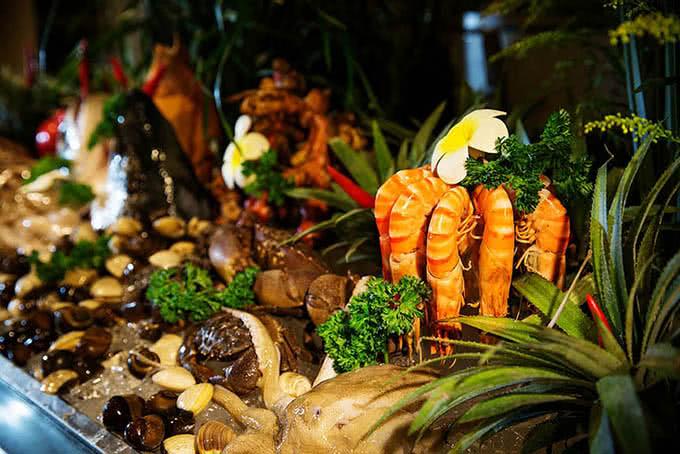Món ăn theo phong cách Âu, Á đa dạng như bề bề rang muối, cù kỳ hấp, ghẹ hấp, cá trình đại dương nướng,…