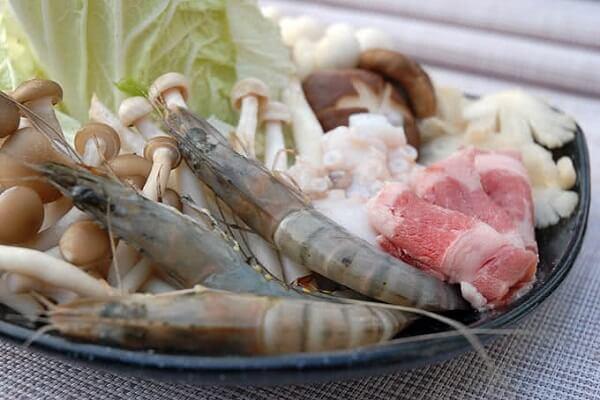 Những tôm, cá, sò điệp vừa cập bờ biển Phan Thiết tươi rói