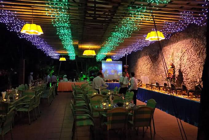 Nhà hàng lung linh dưới ánh đèn đêm đủ sắc màu