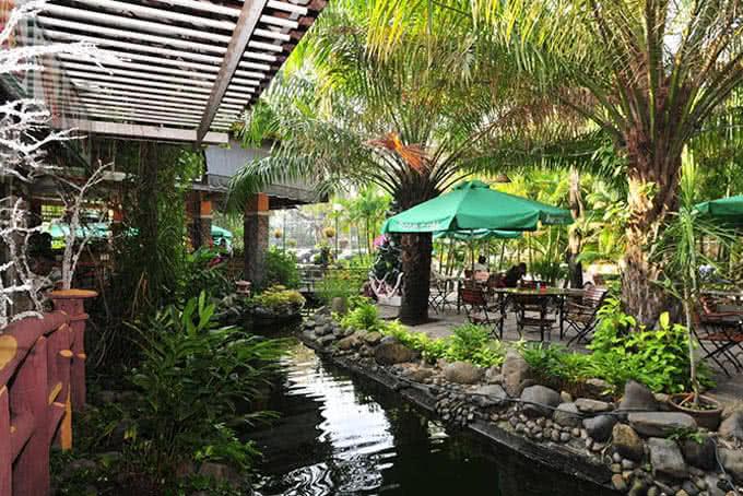 Khung cảnh thiên nhiên trong lành của khu vườn ẩm thực như níu chân khách lại qua