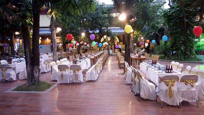 Đến với nhà hàng Lã Vọng hôm nay, bên cạnh loại hình gọi món, thực khách còn được thưởng thức tiệc buffet lẩu ngoài trời