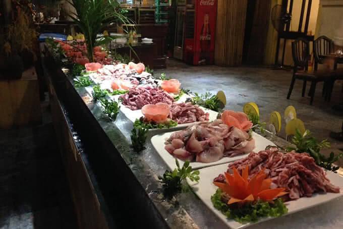 Là sự kết hợp của hải sản tươi cùng thịt gà, bò, ếch đông đem đến cho thực khách vô số lựa chọn