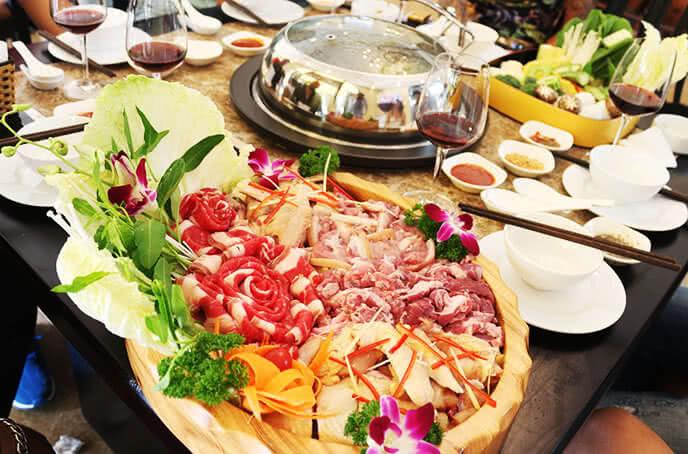 Đến nhà hàng Lã Vọng, bạn sẽ được khám phá món lẩu xông hơi đầy độc đáo ở đây