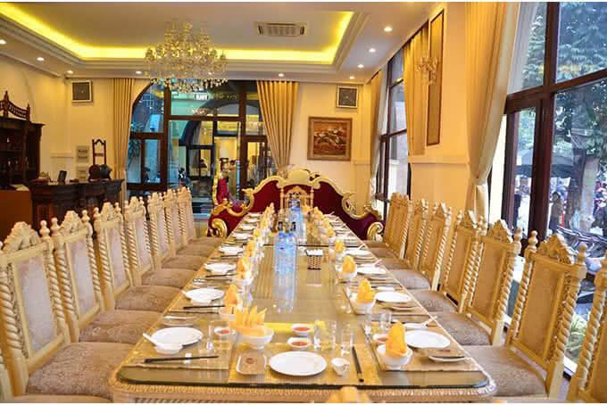 Hay không gian phòng ăn chung rộng lớn và phóng khoáng như tham dự một đại tiệc chiêu đãi hoàng gia