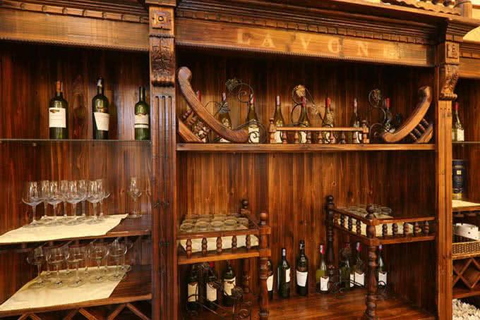 Tủ rượu bằng gỗ sồi với nhiều loại vang hảo hạng từ khắp thế giới tại nhà hàng Lã Vọng