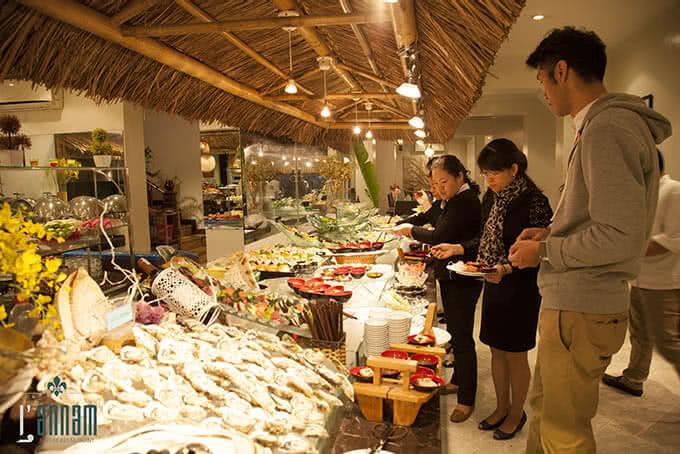 Quầy buffet hải sản đầy đặn