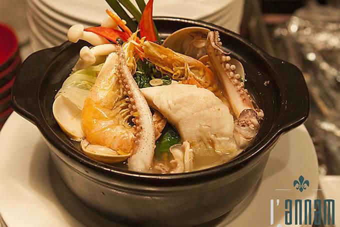 Món lẩu hải sản luôn lôi cuốn các thực khách khi đến với L'annam Buffet Bùi Thị Xuân