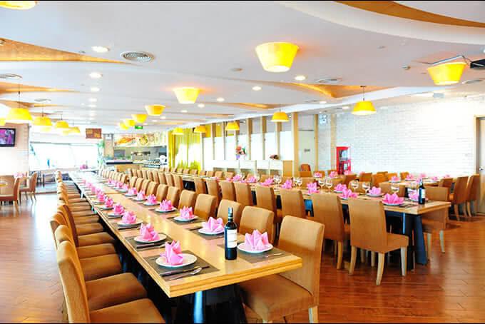 Không gian sang trọng của tiệc buffet Ngọc Mai Vàng