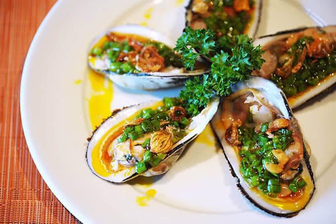 Hàu nướng mỡ hành – Một món ăn đặc sắc của buffet Ngọc Mai Vàng tầng 17 Ruby Plaza