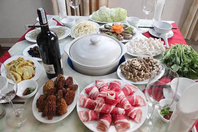 Lẩu nấm kết hợp hài hòa cùng thịt bò và rau củ