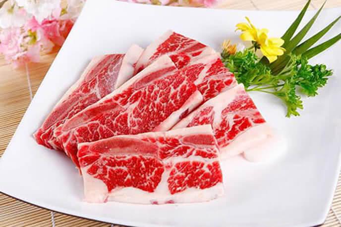 Thịt bò được cắt lát vừa ăn