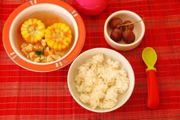 Trẻ 2 tuổi có thể bắt đầu ăn cơm nát. Ảnh minh họa