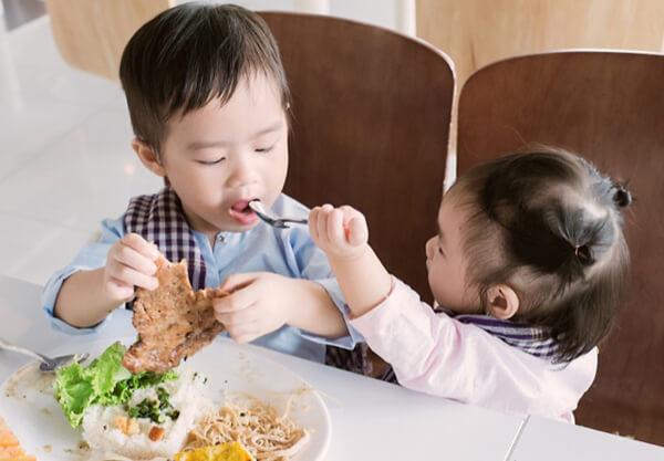 Nên cho bé ăn 4 bữa nhỏ trong ngày. Ảnh minh họa