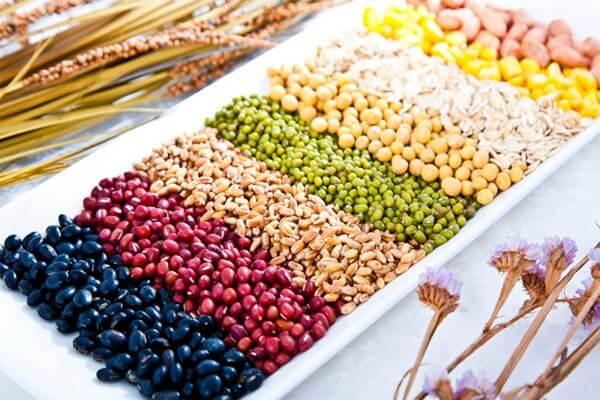 Cho trẻ ăn cơm nát cần phải cung cấp đủ 4 nhóm chất: bột, đạm, chất béo, vitamin và khoáng chất