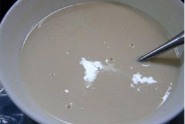 Trộn bột gạo với đường, muối, vani và khuấy đều