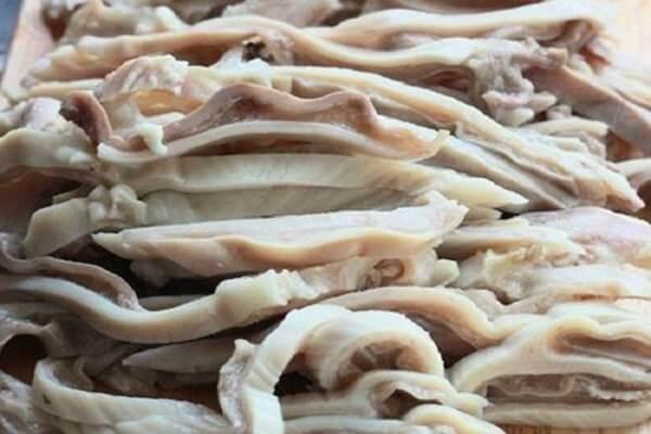 Bao tử heo trước khi chế biến món ăn thường được luộc.