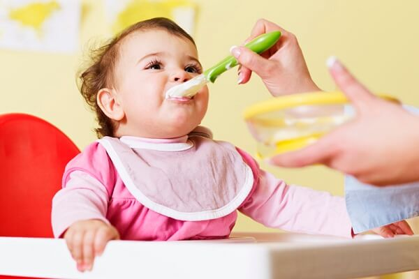 Mẹ nên chuẩn bị những gì khi cho bé ăn dặm lần đầu tiên?