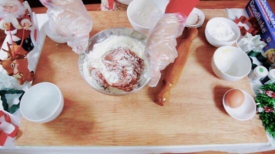 Các bạn tiếp tục trộn cho bột tan hết không bị vón cục