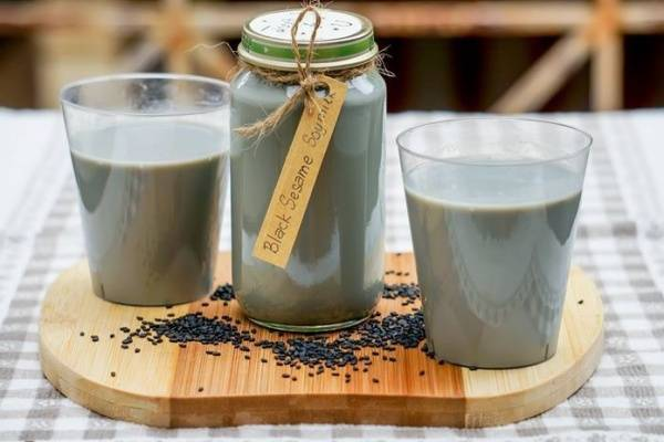 Sữa đậu nành mè đen giúp bé phát triển hệ xương.