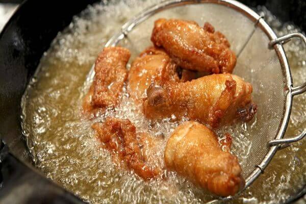 Rán gà nên dùng khá nhiều dầu