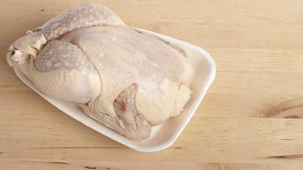 Chọn gà ngon giúp cho món gà quay ra lò sẽ ngon hơn đấy.