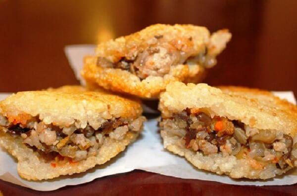 Xôi chiên là món ăn đường phố vô cùng nổi tiếng của ẩm thựcmiền Trung Việt Nam.