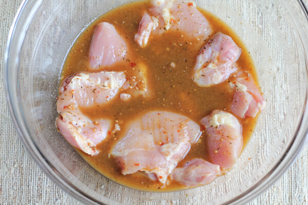 Ướp thịt gà với gia vị khoảng 30p