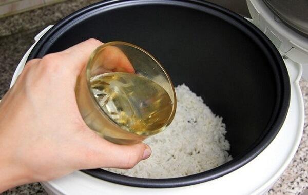 Cho gạo đã ngâm vào nồi cơm điện, thêm lượng nước thích hợp