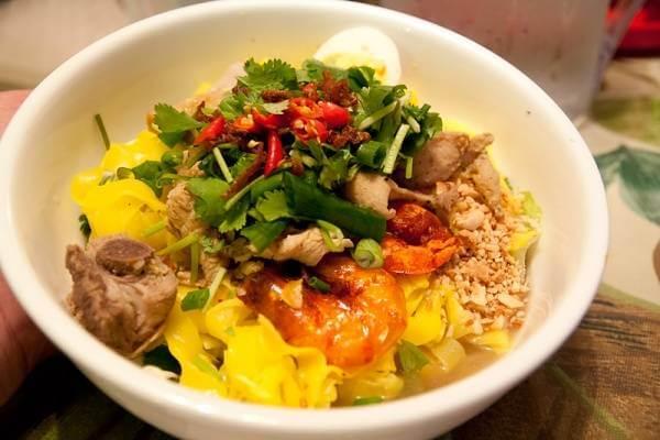 Mì Quảng tôm thịt trông ngon và hấp dẫn