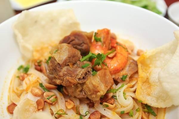 Cho mì Quảng vào tô, xếp thịt và tôm lên trên mặt