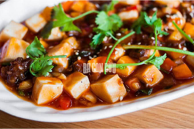 Vị béo mềm của đậu phụ, thịt xay thơm ngọt, chút cay cay của sa tế và dầu mè thơm đượm trong Đậu hũ sốt Tứ Xuyên
