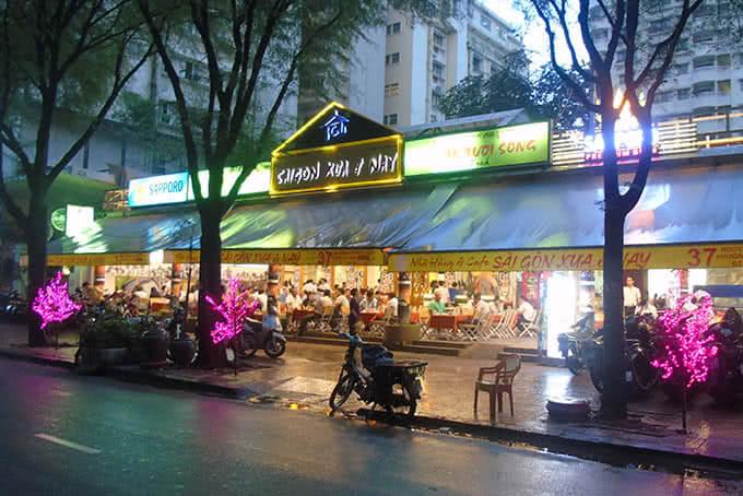 Nhà hàng Sài Gòn Xưa Và Nay quận 1 nổi bật bởi biểu tượng chiếc đồng hồ quen thuộc của chợ Sài Gòn