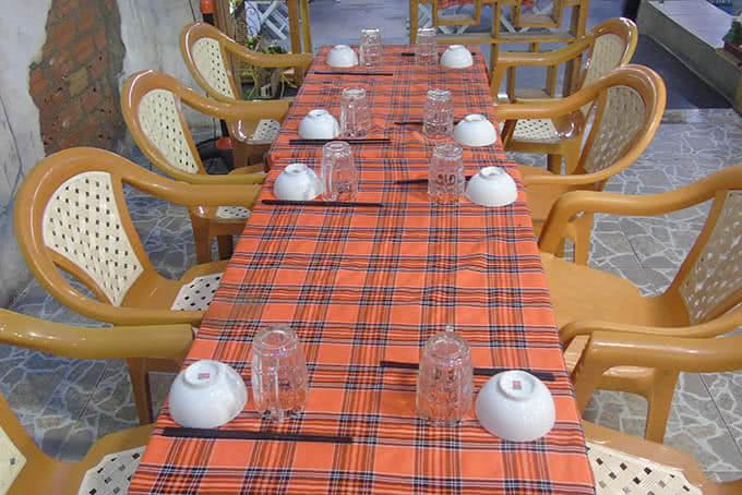 Những dãy bàn gọn gàng, giản dị và thoải mái đồng điệu trong sắc vàng với không gian và món đồ uống đặc trưng của quán