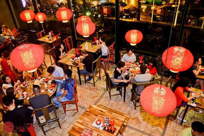 Rực rỡ với những chiếc đèn lồng đỏ đặc trưng của nhà hàng Trung Hoa