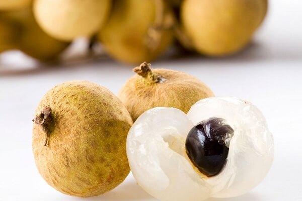Theo Đông y, nhãn có vị ngọt, tính bình, không có độc có tác dụng bổ huyết, dưỡng tì.
