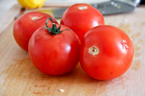 Nên chọn những quả cà chua có màu đỏ hồng.