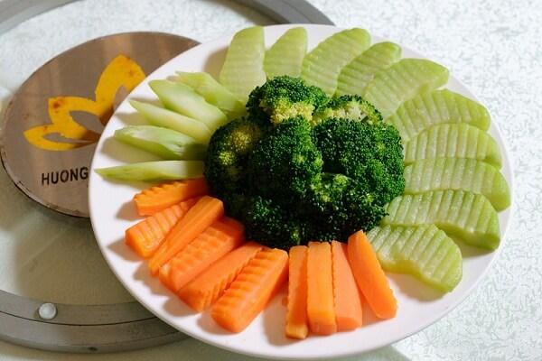 Khi ăn chay, có người chỉ ăn cơm với rau luộc chấm với tương