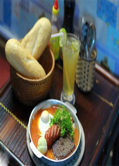 Nguyên liệu bánh mì chảo chủ yếu là pate, trứng, xúc xích, nước sốt, bánh mì.