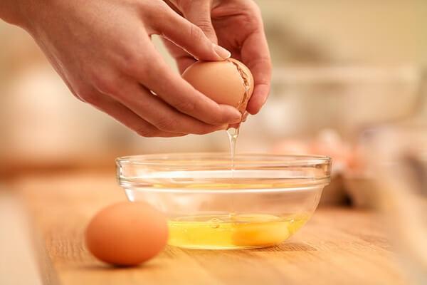 Đập trứng ra tô, dùng đũa khuấy cho tan.