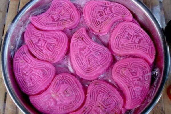 Bánh hồng đào có màu đặc trưng là màu hồng.