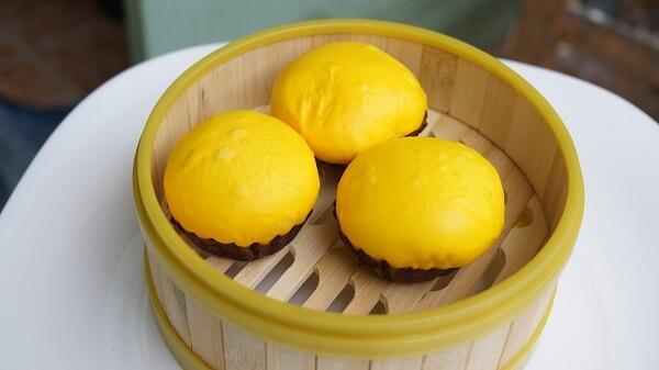 Những chiếc bánh bao kim sa có màu vàng càng làm cho các bạn trẻ thích mê.