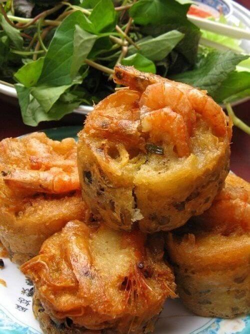 Bánh cóng thường được ăn kèm với rau sống