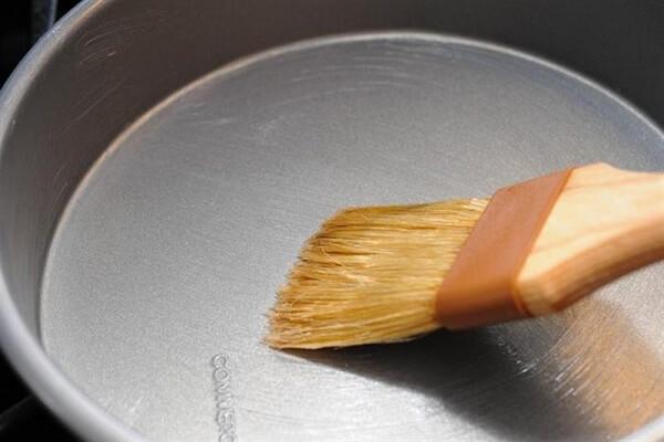 Quét nhẹ một lớp bơ mỏng khắp lòng khuôn bánh