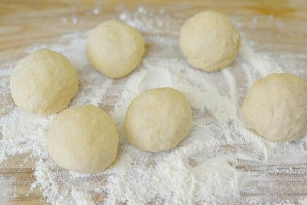 Bạn ngắt một phần nhỏ bột để làm vỏ bánh