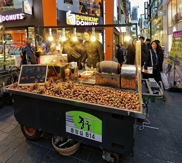 Ở Seoul, xe khoai lang và hạt dẻ nướng được đặt ở góc đường tàu điện ngầm
