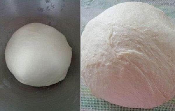 Cho bột vào âu lớn dùng màng bọc thực phẩm bọc kín lại.