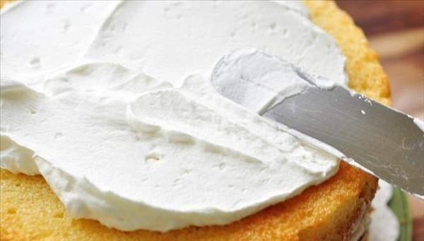 Bánh kem gồm có hai phần chính là phần gato ( bánh bông lan) và phần kem phủ.