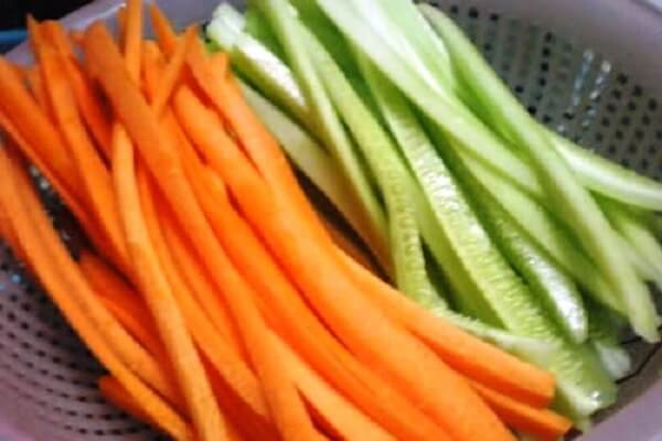 Thái cà rốt thành sợi nhỏ